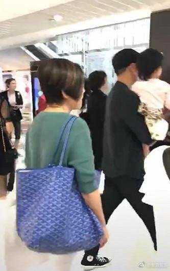 网友偶遇刘恺威抱小糯米逛街 杨幂刘恺威合体逛商场