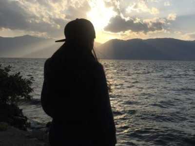 面朝大海以大海为背景男生头像黑色 男明星面朝大海图片