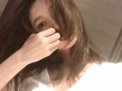 衬托出她迷人慵懒的气质 江疏影白色衬衫品牌