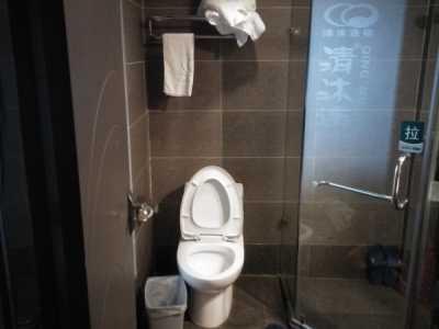 南京江宁清沐酒店员工用毛巾擦马桶 南京新街口美容院毛巾