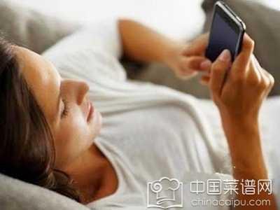 你变老和玩手机有很大的关系 经常看手机的女生