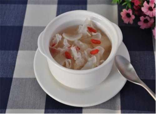 银耳百合汤——益气清肠滋阴润肺 银耳百合用什幺水泡